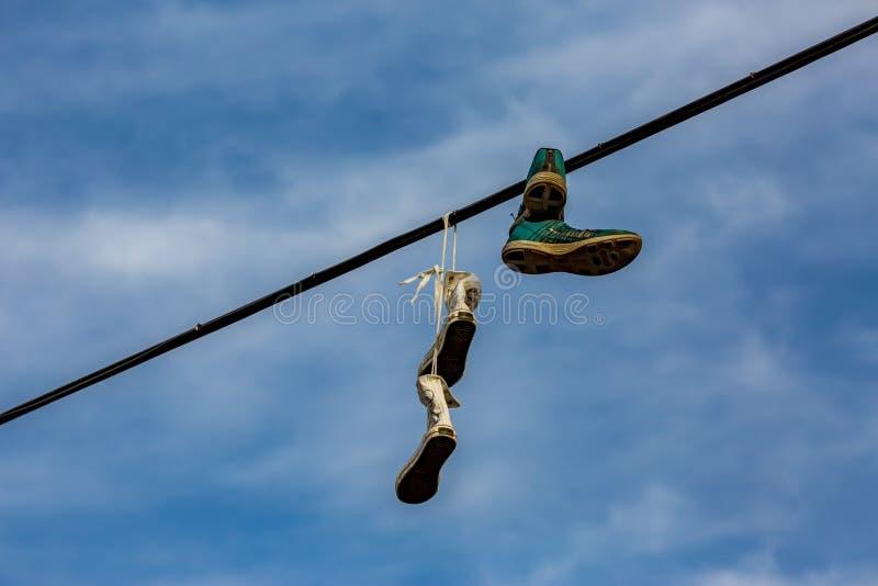 Werfender und baumelnder Streich des Schuhes in Prag stockfoto