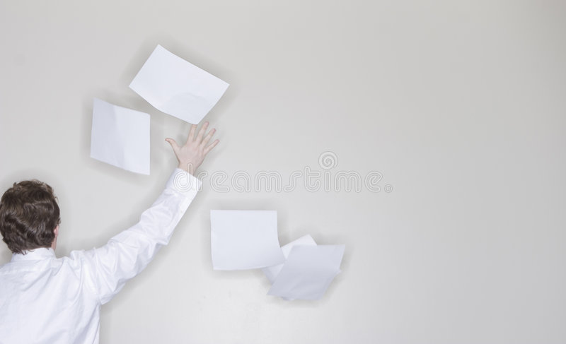 Werfendes Papier des Geschäftsmannes lizenzfreie stockbilder