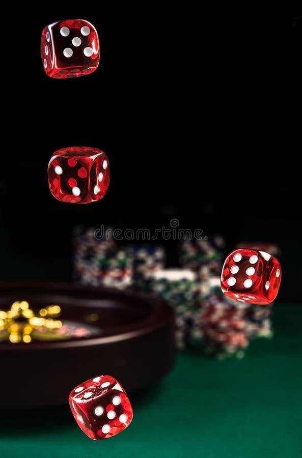 Werfendes Rot würfelt, Kasino-und Schürhaken-Konzept, Roulette im Hintergrund stockfotografie