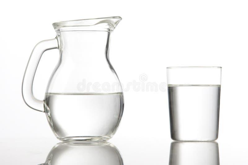 Werfer- und Glascup mit Wasser lizenzfreie stockfotos