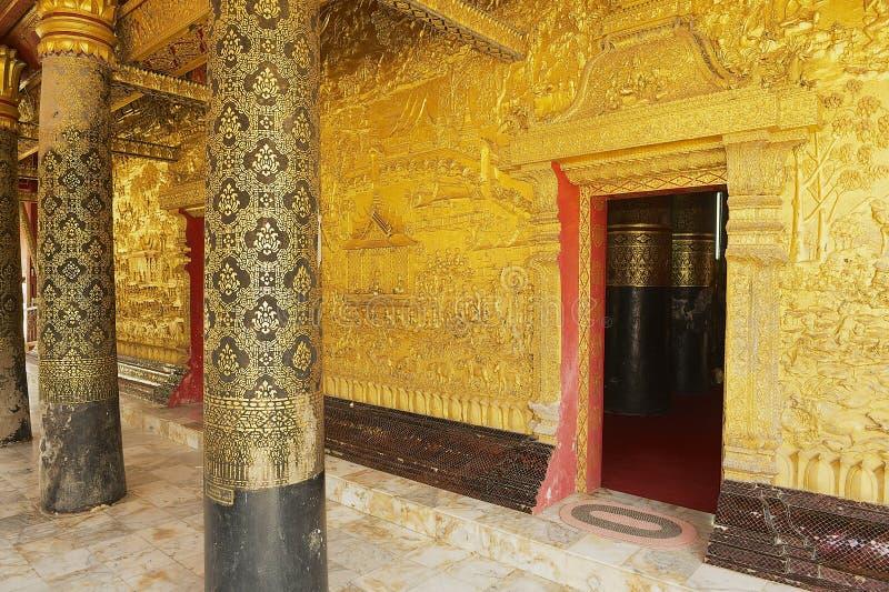 Werk gouden voorgeveldecoratie van de Wat Xieng Thong Buddhist-tempel in Luang Prabang, Laos uit stock fotografie