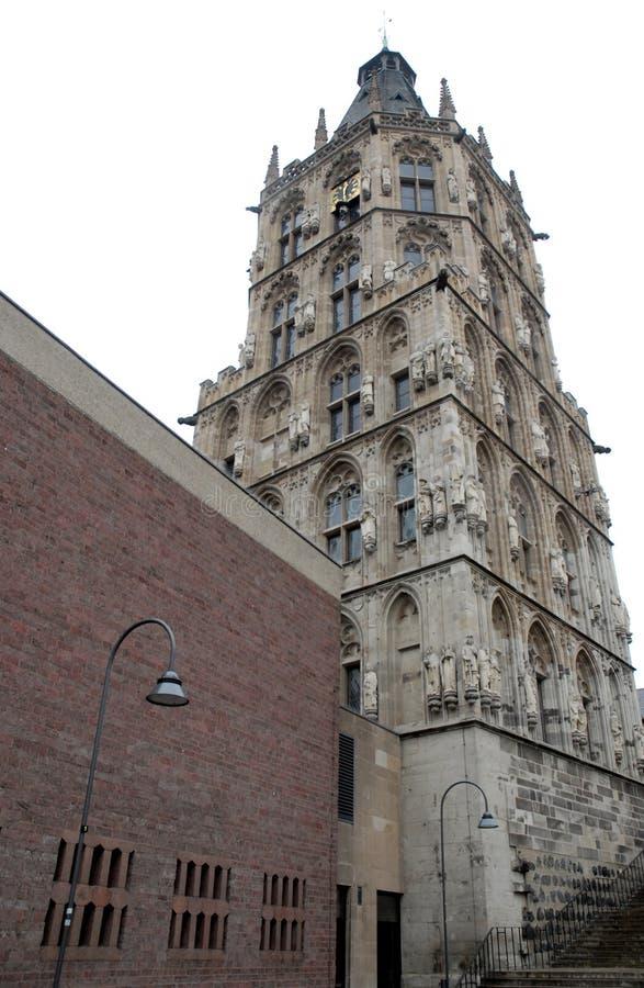 Werk historische toren met vele standbeelden in Keulen in Duitsland uit royalty-vrije stock foto's