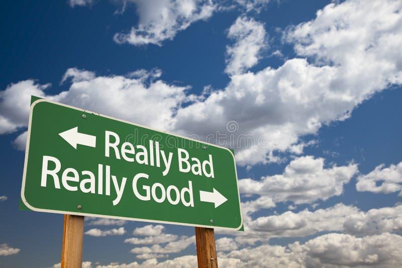 Werkelijk Slechte, werkelijk Goede Groene Verkeersteken en Wolken stock afbeelding