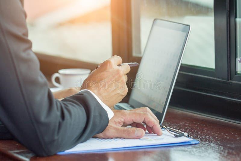 Werkend aan laptop, sluit omhoog van handen van de bedrijfsmens stock afbeelding