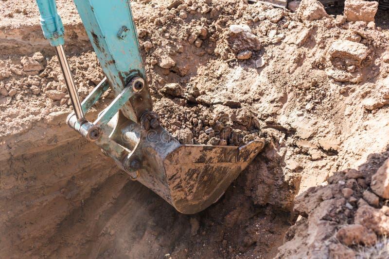 Werkend Graafwerktuig Tractor Digging een Geul stock afbeelding