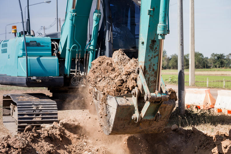 Werkend Graafwerktuig Tractor Digging een Geul stock foto's