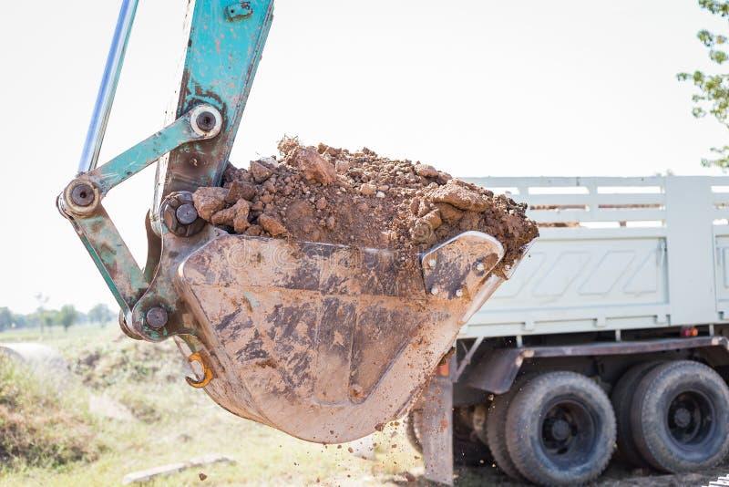 Werkend Graafwerktuig Tractor Digging een Geul stock foto