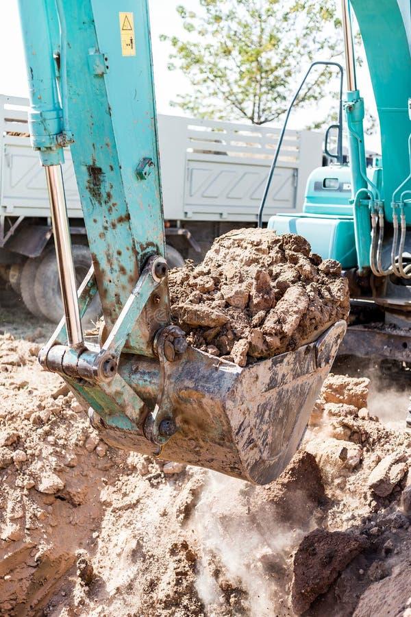 Werkend Graafwerktuig Tractor Digging een Geul royalty-vrije stock foto's