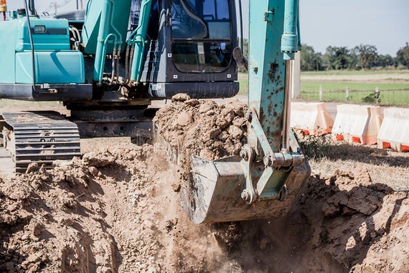 Werkend Graafwerktuig Tractor Digging een Geul stock fotografie