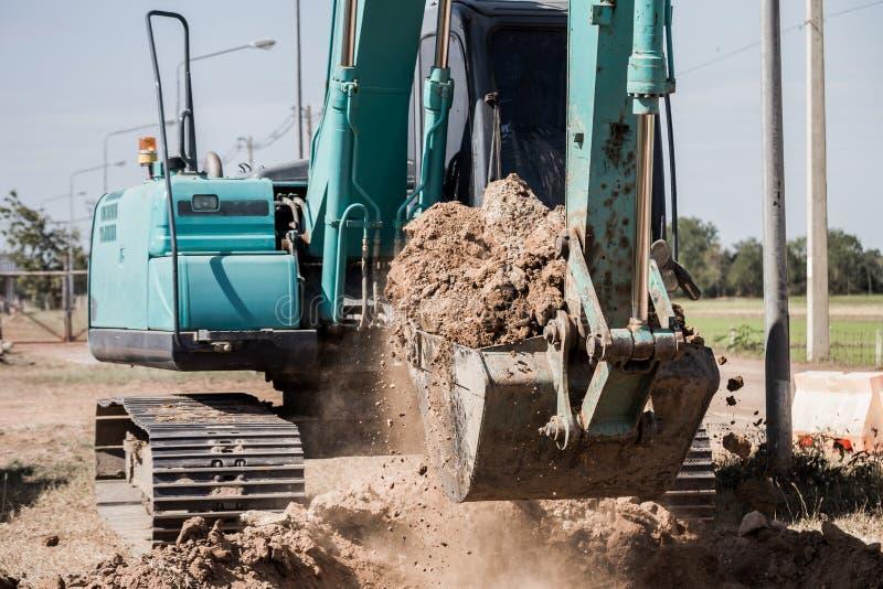 Werkend Graafwerktuig Tractor Digging een Geul stock afbeeldingen
