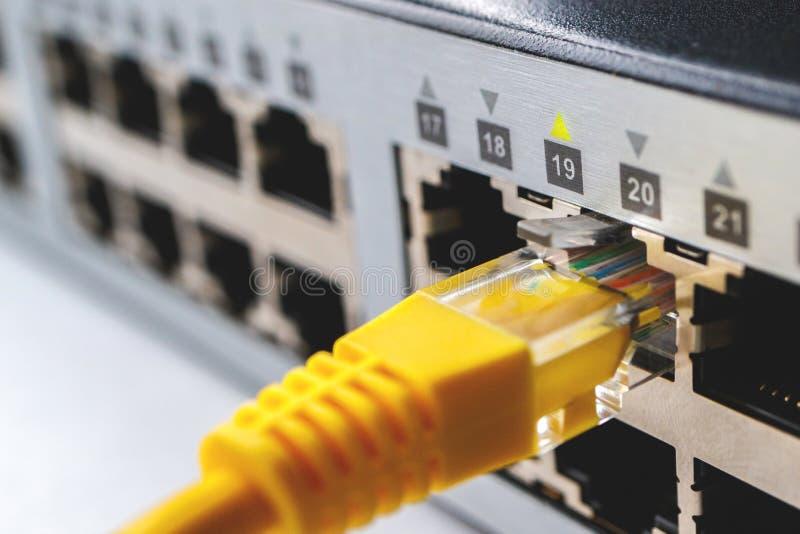 Werkend 19 havens van 24 havens, wordt één gele kabel opgenomen in het schakelbord stock afbeeldingen
