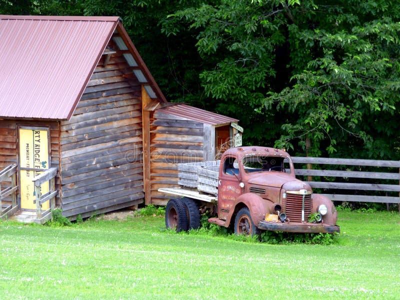 Werkend landbouwbedrijf en oude vrachtwagen stock afbeeldingen