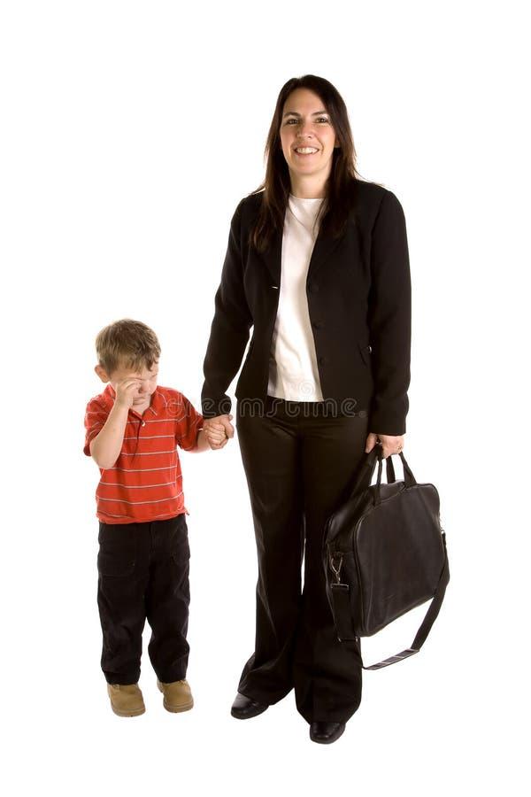 Werkend mamma met droevige zoon stock foto
