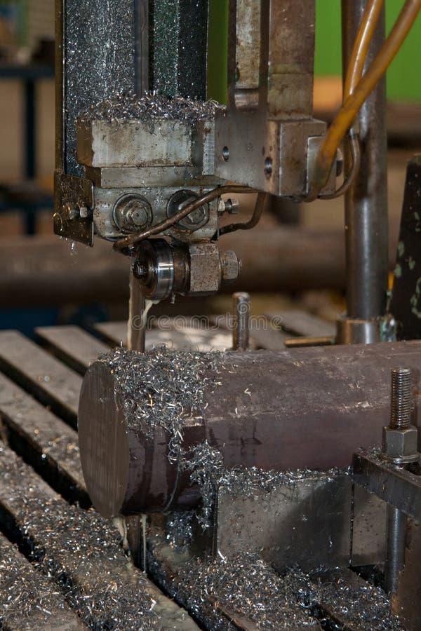 Werkend snijmachine met metaalspaanders, sluit omhoog royalty-vrije stock fotografie