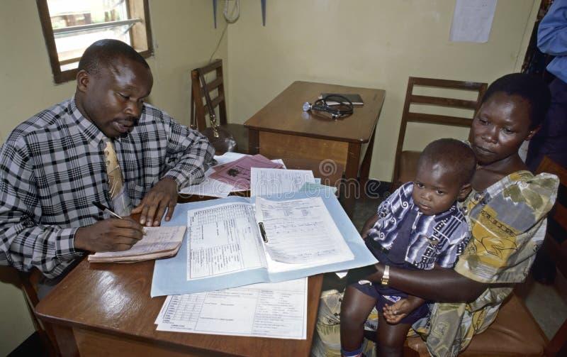 Werkende arts in AIDS-het ziekenhuis TASO Kampala royalty-vrije stock afbeeldingen