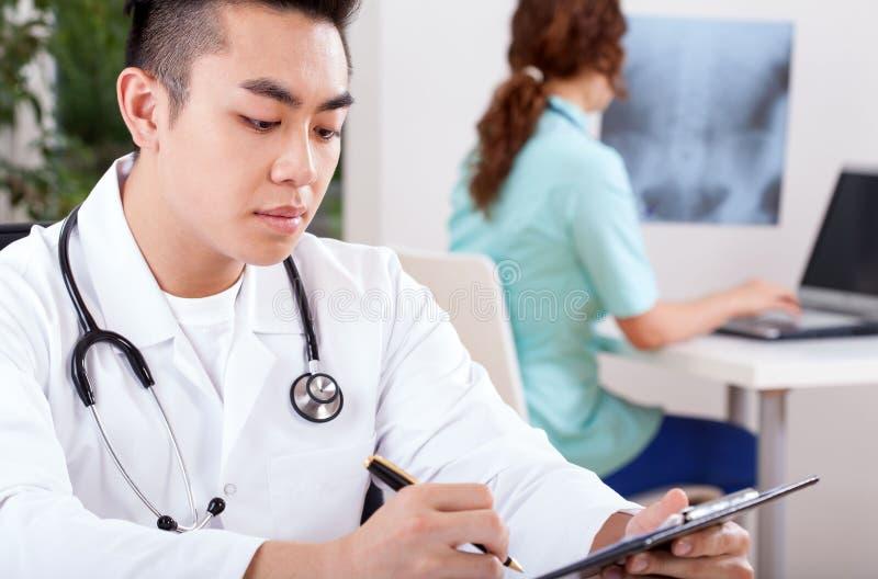 Werkende artsen in bureau royalty-vrije stock afbeeldingen