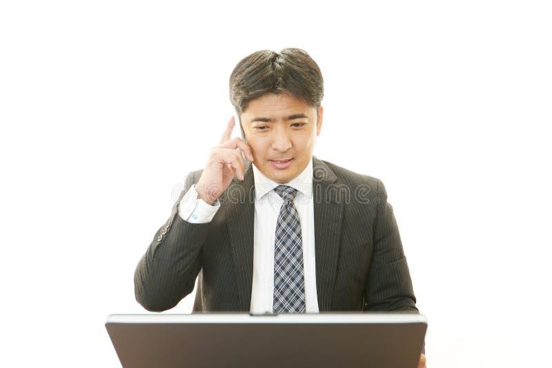 Werkende Aziatische zakenman royalty-vrije stock foto's