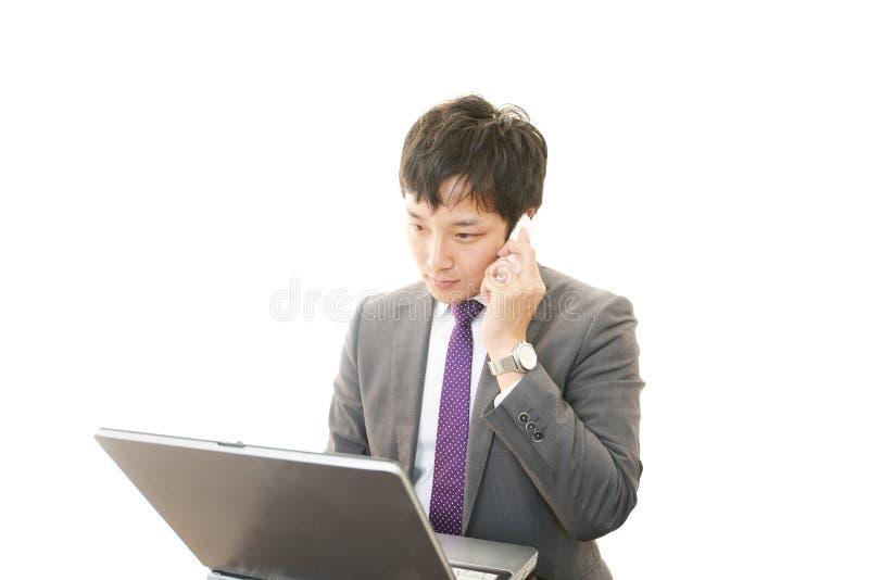 Werkende Aziatische zakenman stock foto