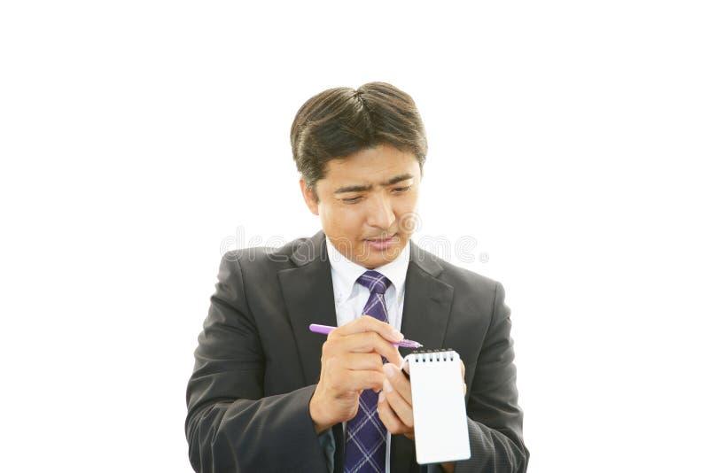 Werkende Aziatische zakenman stock afbeelding