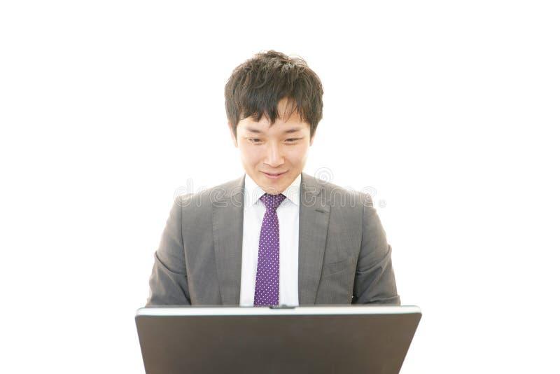 Werkende Aziatische zakenman stock afbeeldingen