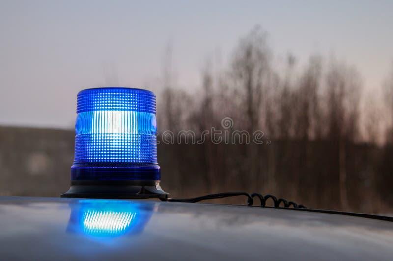 Werkende blauwe flitser op het dak van de auto stock afbeeldingen