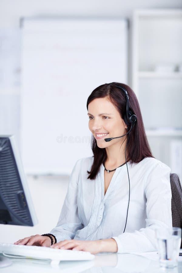 Werkende call centreagent stock foto's