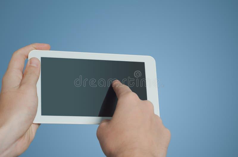 Werkende de tabletcomputer van de zakenmanvinger stock foto
