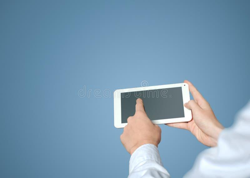 Werkende de tabletcomputer van de zakenmanvinger stock afbeelding