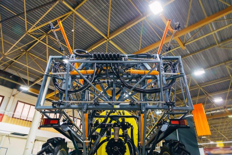 Werkende delen van nieuwe moderne landbouwspuitbus in pakhuis royalty-vrije stock foto's