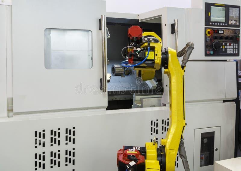 Werkende gele robotachtige hand en CNC machine royalty-vrije stock afbeeldingen