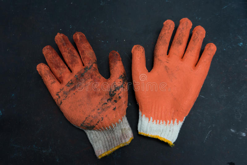 Werkende handschoen op de oude achtergrond van de lijstbovenkant in close-up stock afbeeldingen