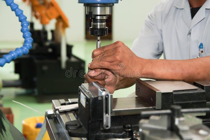 Werkende mens in productie stock fotografie