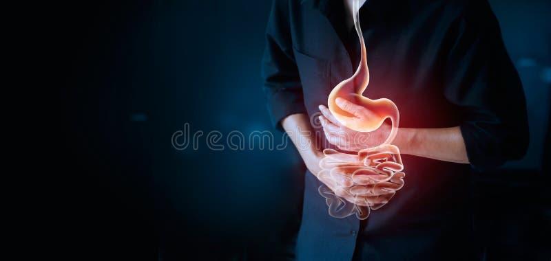 Werkende mens wat betreft maag, pijnlijk lijden aan maagpijn stock afbeelding