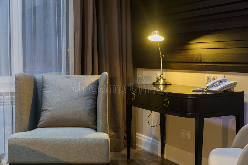 Werkende plaats in hotel of thuis - de lamp is  royalty-vrije stock foto's