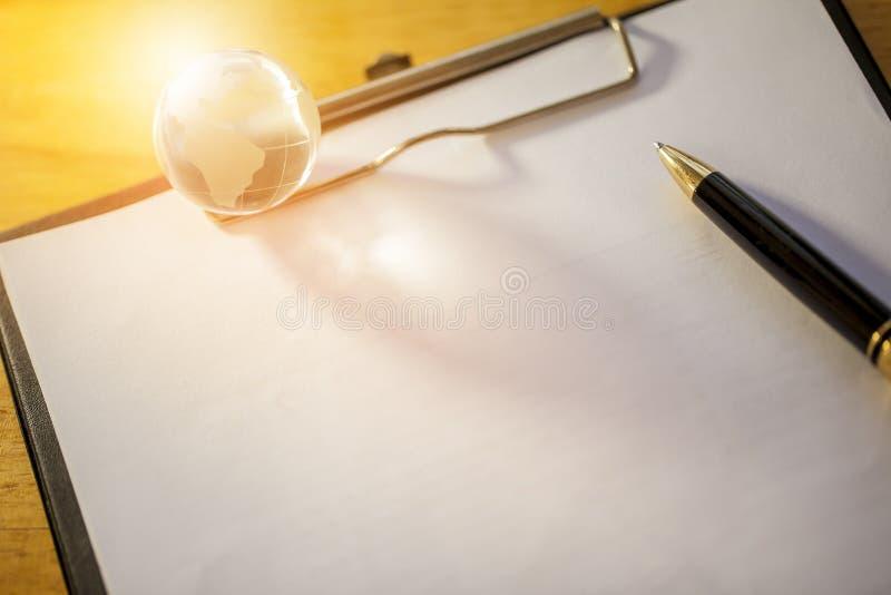 Werkende plaats met de bol en de documenten van het penglas royalty-vrije stock foto
