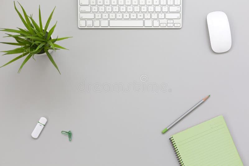 Werkende Plaats op grijze Lijst met Bedrijfs en Levensstijlpunten stock foto