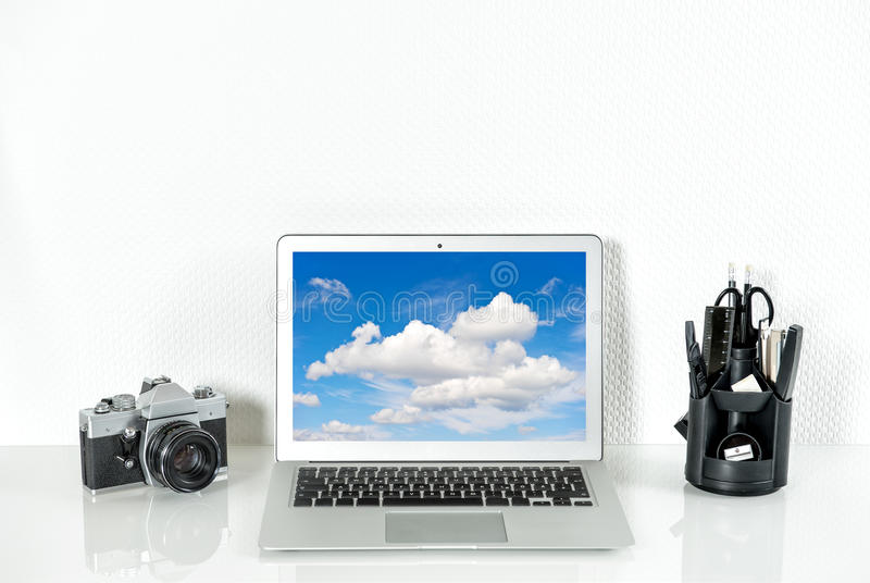 Werkende post met bureaulevering en analoge uitstekende Camera stock afbeelding