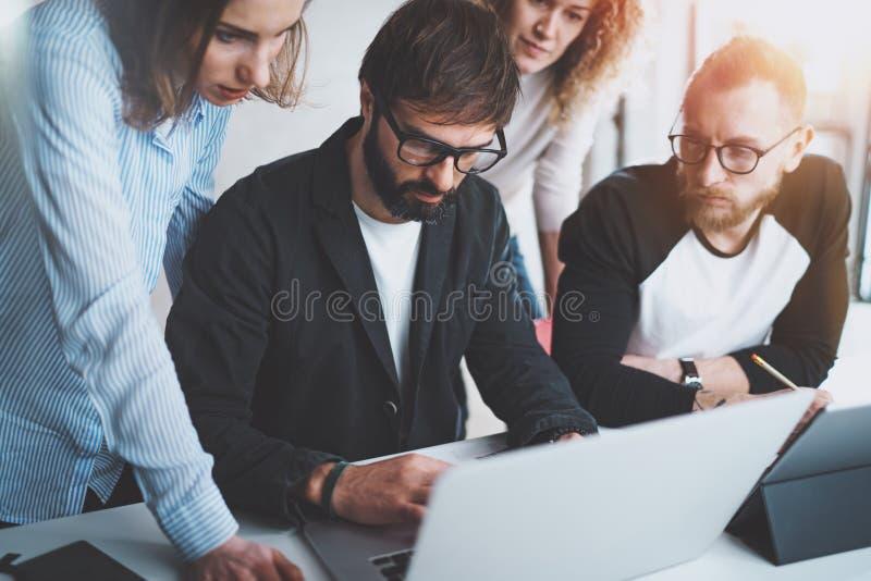 Werkende procesfoto Groep jonge medewerkers die bij moderne bureauzolder samenwerken Vage achtergrond horizontaal stock foto