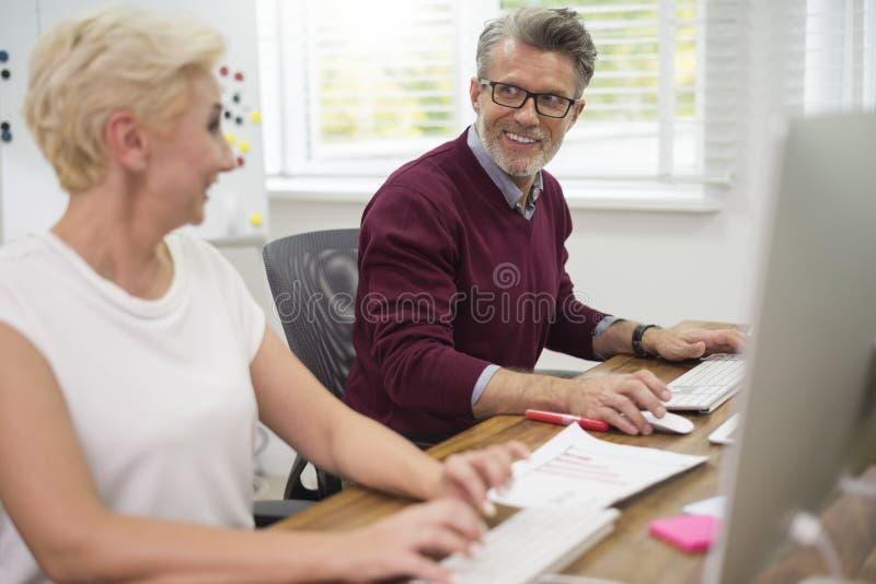 Werkende teamzaken in het bureau stock foto