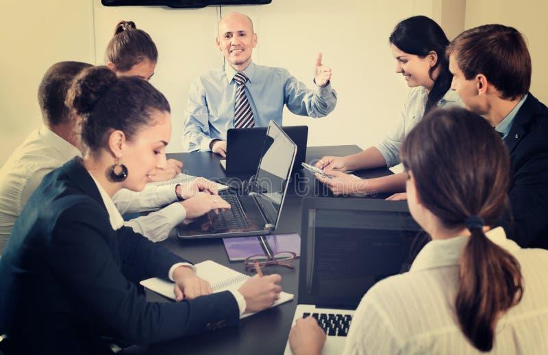 Werkende vergadering van team op bedrijfsproject in bureau stock foto's