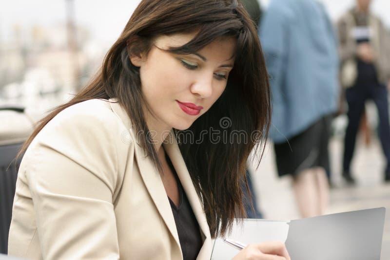 Werkende vrouw stock afbeeldingen