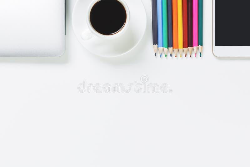 Werkende witte Desktop met voorwerpen stock fotografie