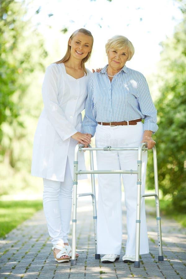 Werker uit de gezondheidszorg en hogere patiënt royalty-vrije stock foto