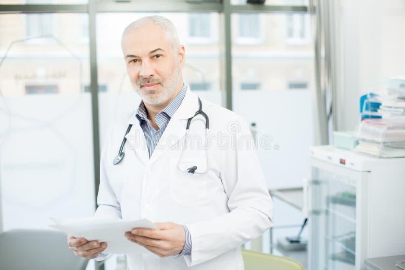 Werker uit de gezondheidszorg met documenten royalty-vrije stock foto