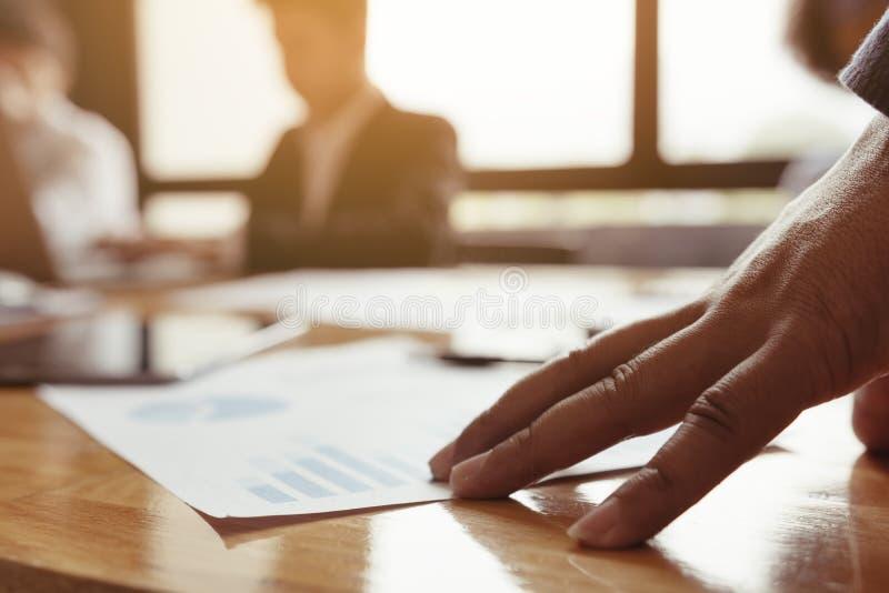 Werkgever die over het werk van het personeel worden beklemtoond stock foto's