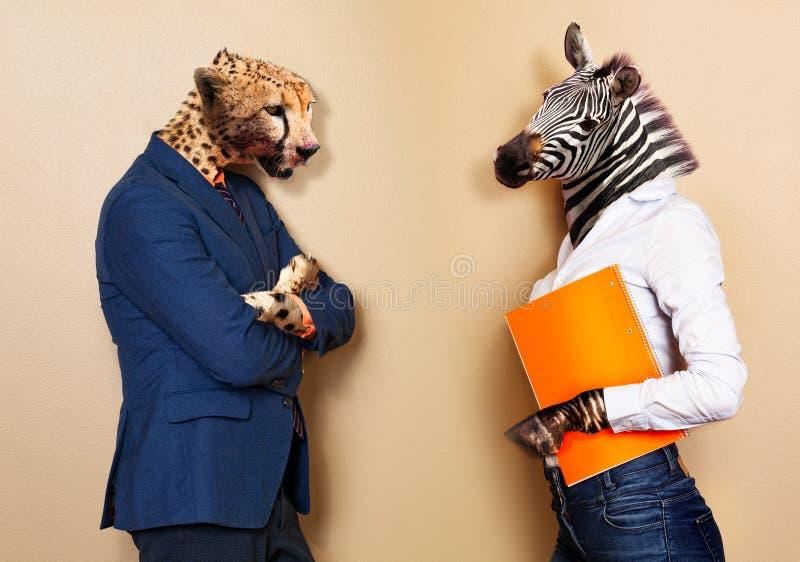 Werkgever en arbeidersallegorie met jachtluipaard tegenover zebra royalty-vrije stock foto