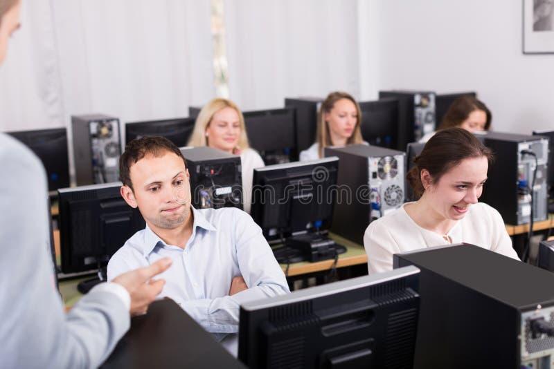 Werkgever en bediende bij open plek werkplaats royalty-vrije stock fotografie
