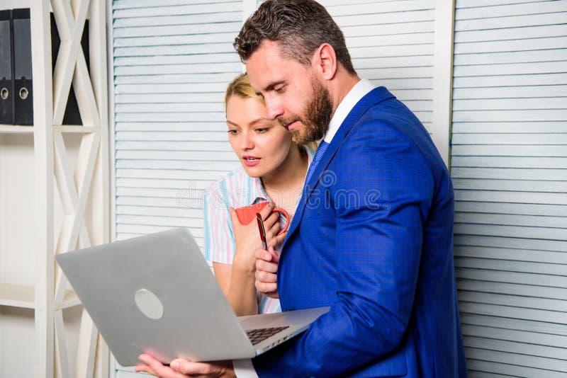 Werkgever en secretaresse of het hulpwerk als team Vraag advies van collega De bureaupartner toont informatiegegevens stock fotografie