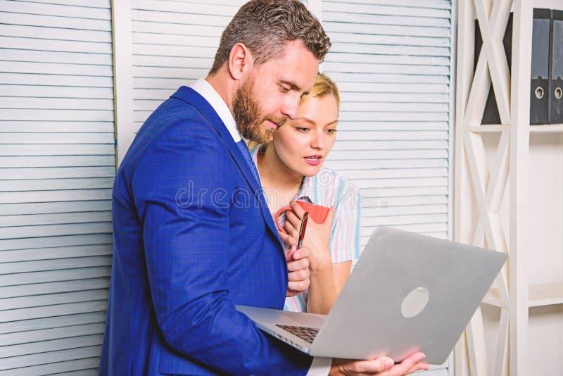 Werkgever en secretaresse of het hulpwerk als team Vraag advies van collega De bureaupartner toont informatiegegevens royalty-vrije stock foto's