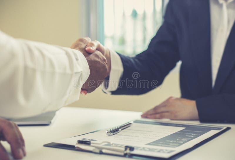 Werkgever of het departement van u verwelkomt nieuwe werknemers, die handen met gelukwensen schudden of het bereiken van zaken en stock foto